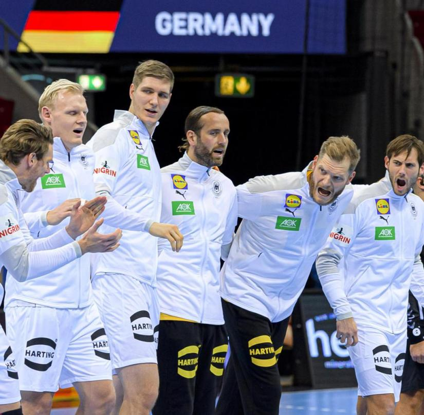 Düsseldorf, Germany November 05, 2020: Men EHF EM 2022 qualification, group 2, Germany vs. Bosnia-Herzegovina, the team of Germany at the anthem, from left.  Sebastian Heymann (Germany / FrischAuf Goeppingen), Tobias Reichmann (Germany / MT Melsungen), Patrick Wiencek (Germany / THW Kiel), Finn Lemke (Germany / MT Melsungen), Torhueter Silvio Heinevetter (Germany / MT Melsungen), Johannes Bitter (Germany / TVB Stuttgart), Uwe Gensheimer (Germany / Rhein-Neckar Loewen)