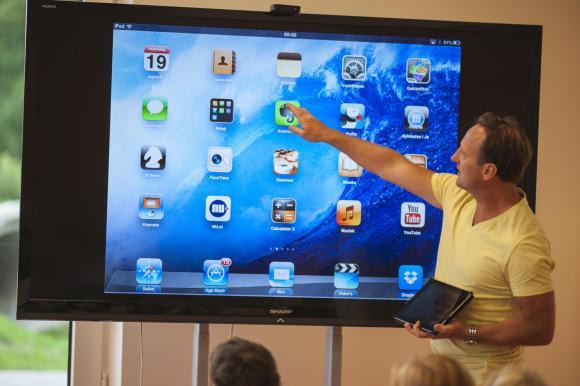 Willkommen in der Steve-Jobs-Schule! Der niederländische Internet-Unternehmer und Meinungsforscher Maurice de Hond hat sie gegründet. Klar, dass hier ein Touchscreen die klassische Tafel ersetzt.