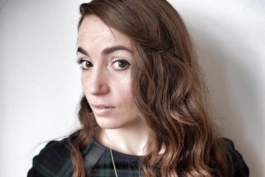 Die ehemalige Femen-Aktivisten Zana Ramadani kämpft dagegen an, dass Jungen wie kleine Prinzen und Mädchen wie Haushaltshilfen erzogen werden