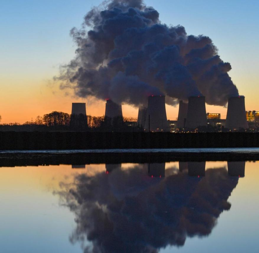 """ATTENTION: BLOCKING PERIOD NOVEMBER 18, 6:00 AM.  - ARCHIVE - 30.11.2019, Brandenburg, Jänschwalde: In the early morning, water vapor rises from the cooling towers of the Jänschwalde lignite power station of Lausitzer Energie Bergbau AG (LEAG).  (Illustration to dpa: """"Report: G20 crisis management endangers climate protection progress"""") Photo: Patrick Pleul / dpa-Zentralbild / dpa +++ dpa-Bildfunk +++"""