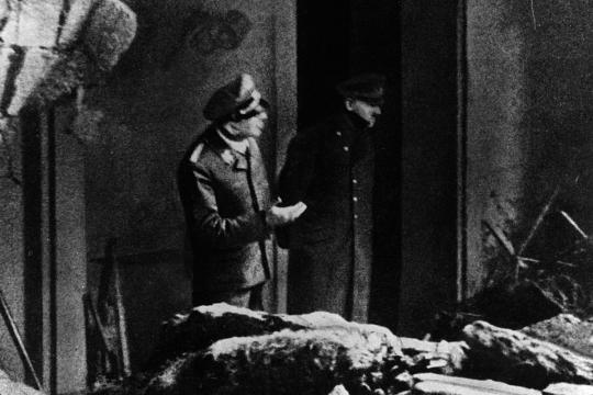Hitler besichtigt die Trümmer der Reichskanzlei nach einem Luftangriff. Dieses Foto gilt als letzte Aufnahme des Diktators. Vermutlich entstand sie bereits vor seinem Geburtstag am 20. April 1945