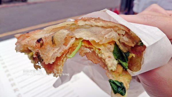 三重蔥油餅推薦|三重228公園口感酥脆蔥油餅,醬料多種任君挑選