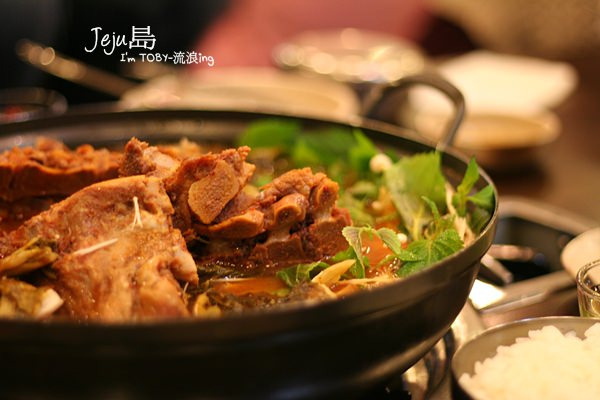 濟州島JeJu。吃到肚子比胸部大的JOMARU 芝麻葉豬骨火鍋~