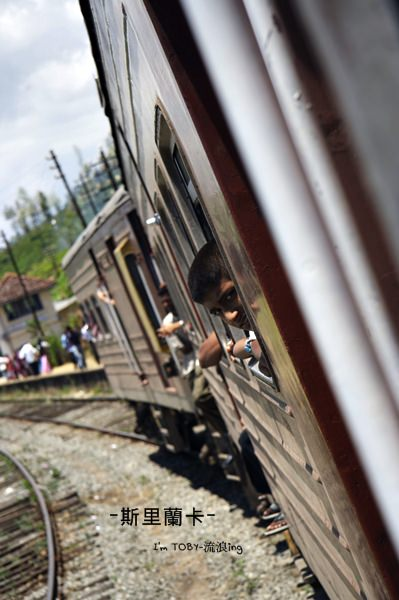 斯里蘭卡。在山嵐間、茶園中行駛的小火車