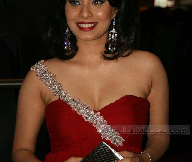 Manisha Kelkar Rucha Gujarathi Super Hot Cleavage