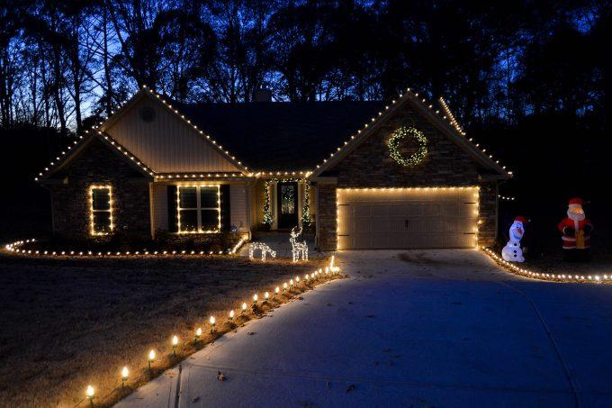 hanging christmas lights on roof line christmaswalls co - How To Put Christmas Lights On Roof
