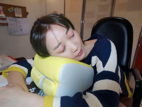 【GreySa格蕾莎折疊式午睡枕】多功能用途,可當睡枕、腰背靠枕墊折疊式設計,兩段高度任君挑選,收納便利不佔空間,辦公室午睡的好幫手