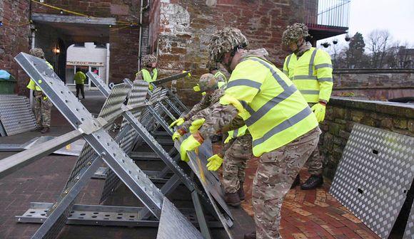 Brittisotilaat rakensivat tulvavalleja joulupäivänä Cumbriassa luoteisessa Englannissa.