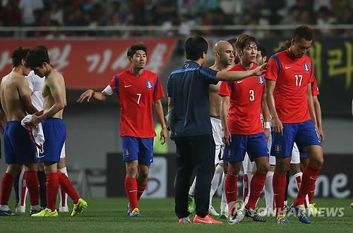 South Korean players walk off the field after losing to Tunisia 1-0 at Seoul World Cup Stadium on May 28, 2014. (Yonhap)