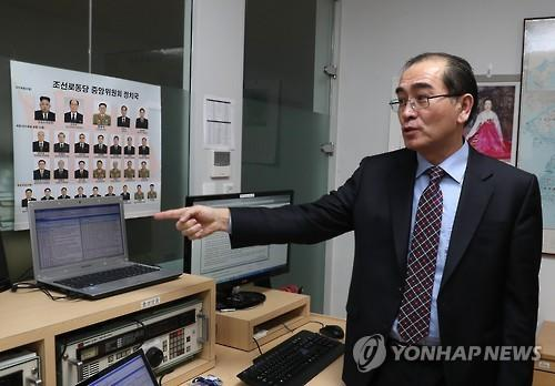 Former high-ranking North Korean diplomat Thae Yong-ho looks around the Yonhap News Agency office that monitors North Korea after an interview on Jan. 8, 2017. (Yonhap)