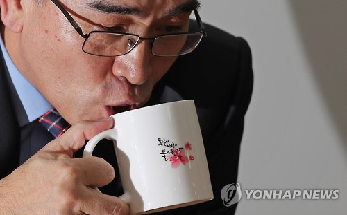 Thae Yong-ho, a former North Korean minister at the North Korean Embassy in London, drinks water while speaking to Yonhap News Agency on Jan. 8, 2017. (Yonhap)