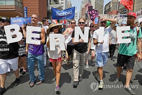 버니 샌더스 지지자들 항의시위(필라델피아<美펜실베이니아주> AFP/Getty =연합뉴스)