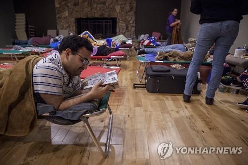 치코의 한 교회에 설치된 대피소에서 주민들이 휴식을 취하고 있다. [EPA=연합뉴스]