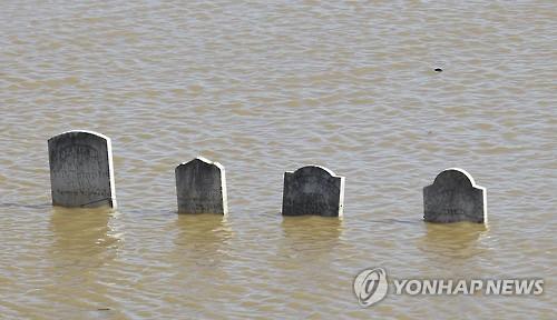 캘리포니아에서 수주째 계속된 폭우로 물에 잠긴 묘비 [AP=연합뉴스]
