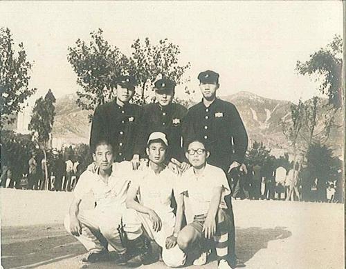 경남고 재학시절 친구들과 함께 한 문재인 당선인(윗줄 가운데)