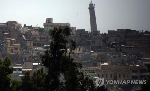 멀리서 보이는 모술 알누리 대모스크의 첨탑[AFP=연합뉴스자료사진]