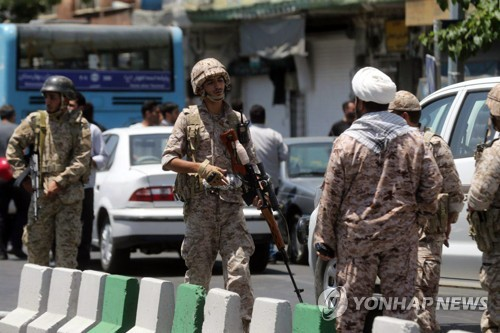 테러가 난 이란 의회 의사당 주변에 배치된 이란혁명수비대[AFP=연합뉴스자료사진]