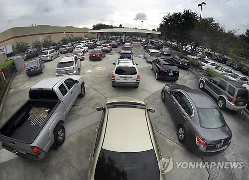 주유소로 몰려든 차량들[AP=연합뉴스]