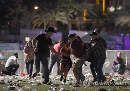 라스베이거스 총격 현장서 부상자 옮기는 시민