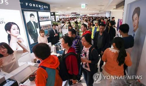 유커로 붐비는 면세점 [연합뉴스 자료사진]