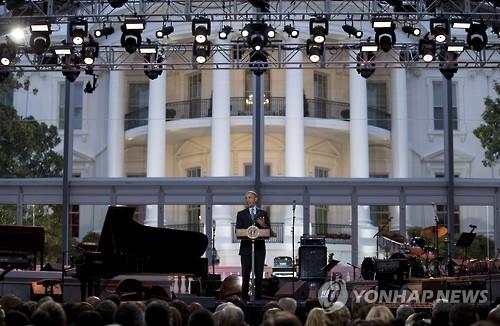 백악관 정면 모습과 버락 오바마 대통령