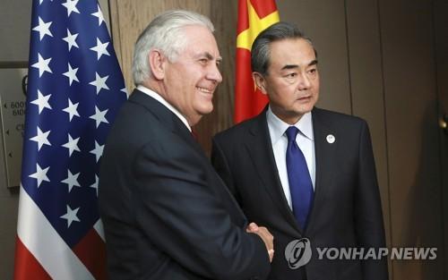 왕이 중국 외교부장과 악수하는 렉스 틸러슨 미국 국무장관
