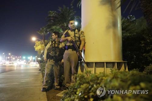 총격이 발생한 라스베이거스에서 경계 근무 중인 경찰