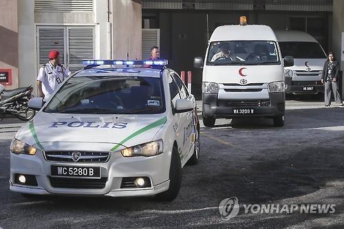 김정남 시신이 옮겨지는 차량과 경찰 호송차량 [EPA=연합뉴스]