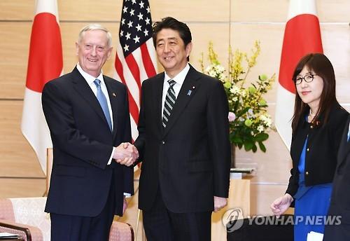 매티스 미 국방장관(왼쪽), 아베 일본 총리(가운데), 이나다 도모미 日방위상
