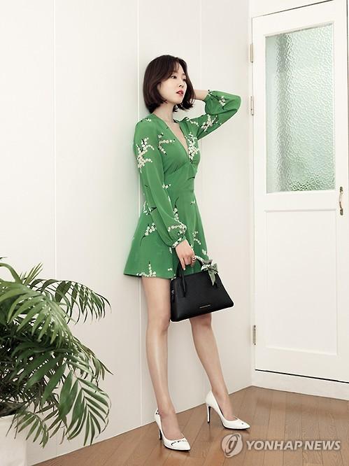 Seo Hyun-jin with Carlyn bags