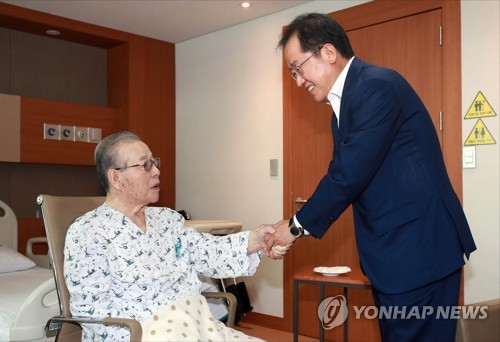 Opposition leader visits retired conservative icon