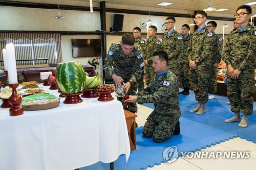 Troops pay respect to ancestors on Chuseok