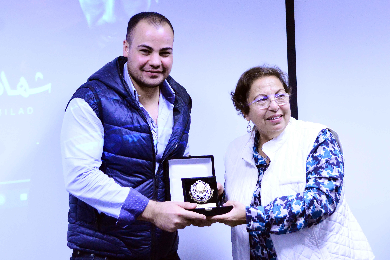 د.إيناس برسوم تهدى درع تكريم الأكاديمية للزميل عمرو صحصاح