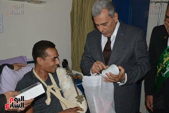 جابر نصار يزور المصابين بمستشفى المعادى العسكرى (1)