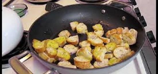 تحميص الخبز مع زيت الزيتون