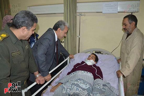 جابر نصار يزور المصابين بمستشفى المعادى العسكرى (3)