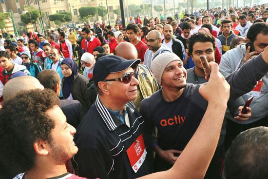 شباب-مارثون-القاهرة_جنيف-يلتقطون-صورا-سيلفى-مع-محافظ-القاهرة-(2)