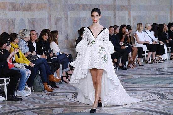 فستان زفاف من مجموعة جيامباتيستا فالى لخريف وشتاء 2018