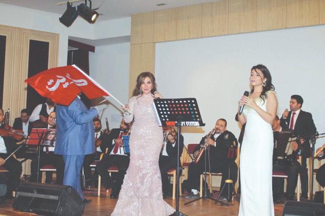 نادية مصطفى وابنتها في الحفل