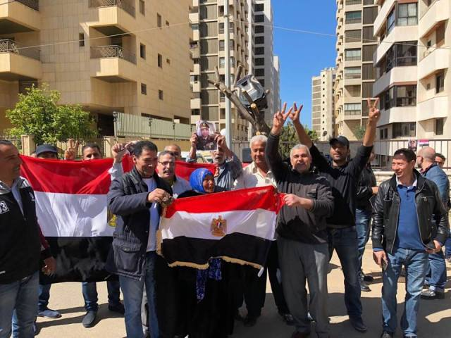 امام مقر السفارة