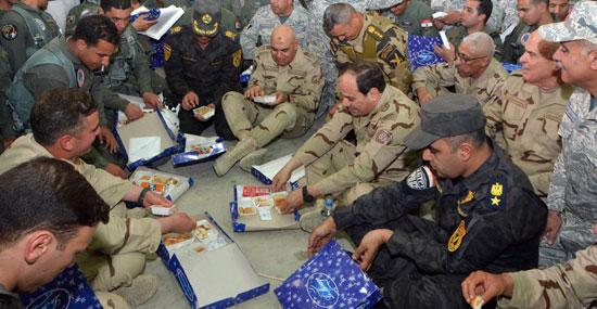 الرئيس ووزير الدفاع يتناولان طعام الإفطار مع أبطال الجيش والشرطة