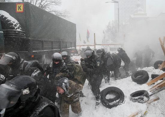 اقتياد المتظاهرين الأوكرانيين لسيارات لترحيلهم للاحتجاز