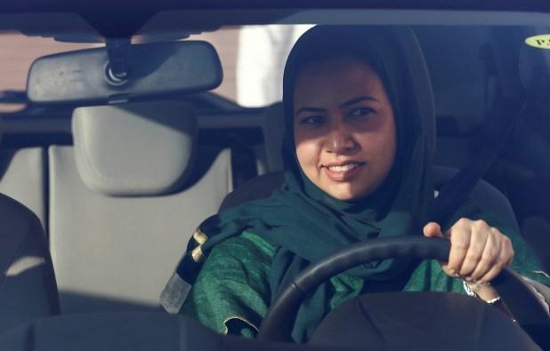 نساء سعوديات يتعلمن القيادة