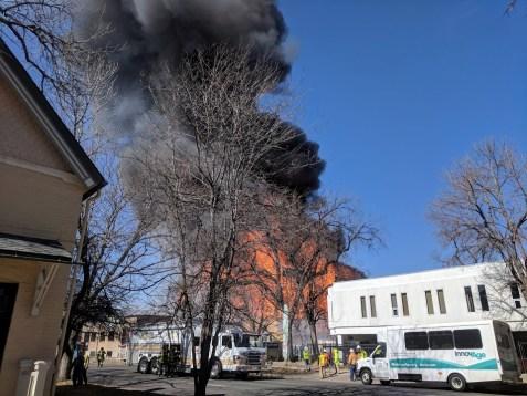 حريق ضخم فى أحد الأبنية وسط مدينة دنفر بالولايات المتحدة الأمريكية