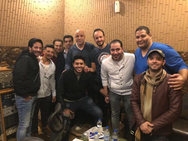 محمد شاهين مع فريق عمل البومه الجديد