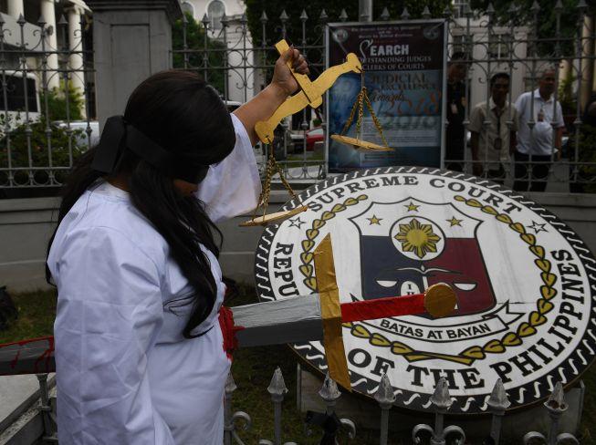 تعبير رمزى لقتل العدالة فى الفلبين بسبب قرارات الرئيس