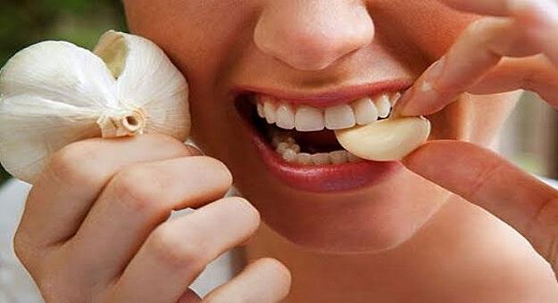 استخدم الطب البديل لعلاج تسوس الاسنان بالقرنفل والثوم اليوم السابع