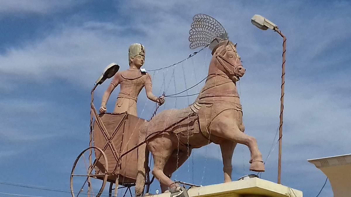 8- مصرى قديم يقود عجلة حربية بمدخل اهناسيا