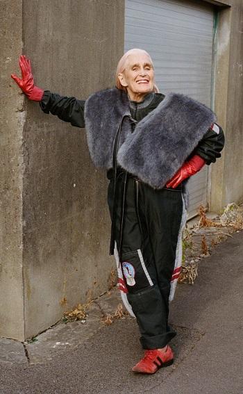 امرأة تخطت الثمانين تعرض مجموعة الأزياء للخريف والشتاء (1)