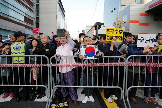 جانب من الوقفة الداعمة لوزير العدل بكوريا الجنوبية